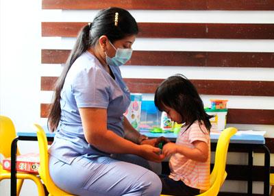 Enfermera asistiendo a un niño